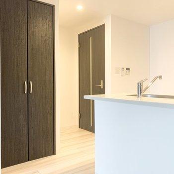 【LDK】キッチンの隣に収納があります。※写真は3階の同間取り別部屋のものです
