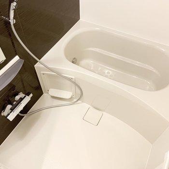 ゆったりと湯船につかれますね。※写真は3階の同間取り別部屋のものです