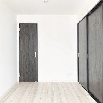 【洋室】シンプルな内装です。奥の扉は......※写真は3階の同間取り別部屋のものです