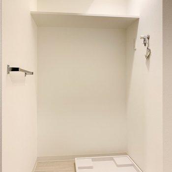 洗濯機置き場は洗面脱衣所に。上部には棚が付いています。※写真は3階の同間取り別部屋のものです