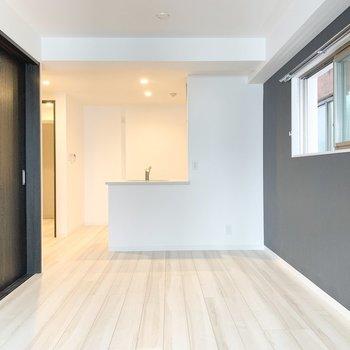 【LDK】対面式のキッチンでテレビを見ながらお皿洗い!※写真は3階の同間取り別部屋のものです