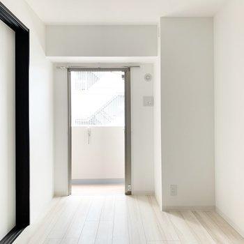 【洋室】こちらはベッドルームに。扉を閉めて落ち着いた空間に。※写真は3階の同間取り別部屋のものです
