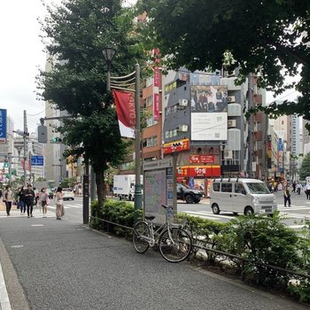 飲食店や娯楽施設がたくさんあります。