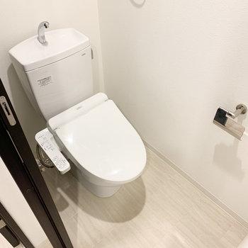 トイレは温水洗浄便座付き。圧迫感がない空間ですよ。※写真は3階の同間取り別部屋のものです
