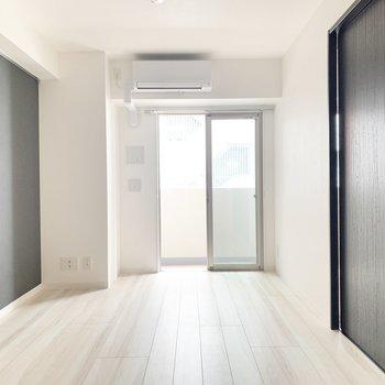【LDK】紺色のクロスが素敵なんです。※写真は3階の同間取り別部屋のものです