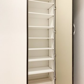 シューズボックスは大容量。高さ調節も可能です。※写真は3階の同間取り別部屋のものです