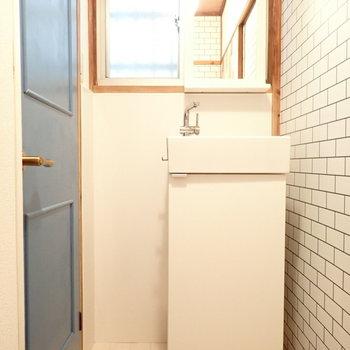 洗面台はコンパクト!青い扉はトイレです!なんておしゃれな!