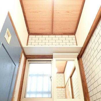 上には収納棚があります。
