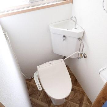 トイレはウォシュレットつき!窓もあってにおいがこもりにくい!