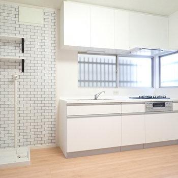 さてキッチン!タイル柄のクロスと、キッチンの白との組み合わせがかわいいですね。