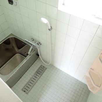 お風呂はコンパクトでレトロです。追炊つきです!窓もありますね。