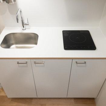 キッチンは1口ihコンロ。シンプルなつくりです。上部に収納棚もあります。