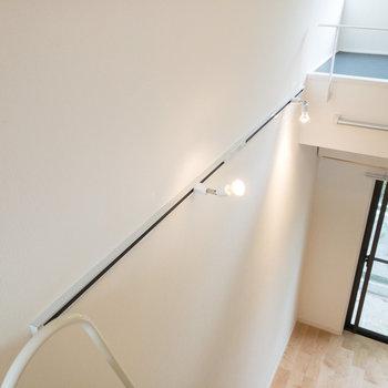 壁にライティングレールが設置されています。