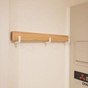 壁にはウォールフックが設置されています。衣類や鍵を掛けて置けますね。