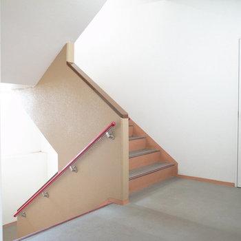 【共用部】階段は幅があります。