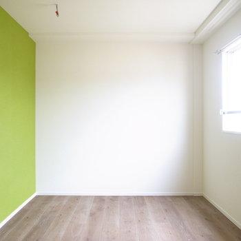 【洋室5.6帖】ここは春の色。窓の眺めは4.2帖の洋室とほぼ同じでした。
