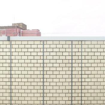 【洋室4.2帖】窓からは建物の外壁が見えます。空もちらりと。