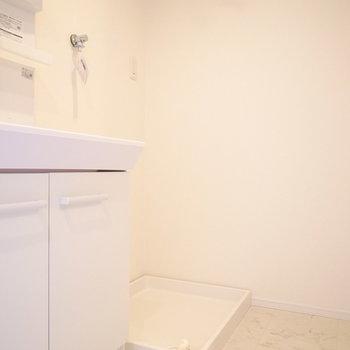 右となりに洗濯機置き場があります。
