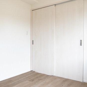 【洋室4.2帖】LDKとはスライドドアで分かれています。開けると、風が心地いいですよ〜。