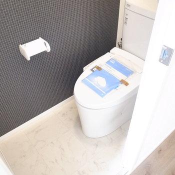 トイレのクロスはブラックのタイル柄です。