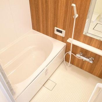 くっきりした木目の浴室で、うっとりバスタイム。