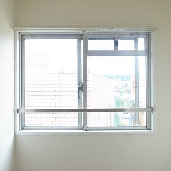 【洋室5.6帖】換気に役立つ窓も◎
