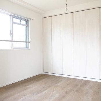 【洋室4.2帖】こちらは寝室に。書斎にもよさそうですね!