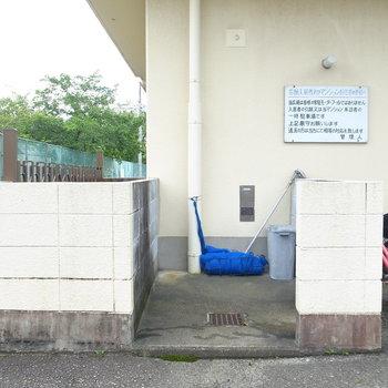 【共用部】ゴミ置き場は駐輪場のすぐそばです。