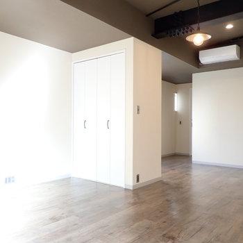 収納を境に、寝室にしましょうか。※写真は4階同間取り・別部屋のものです