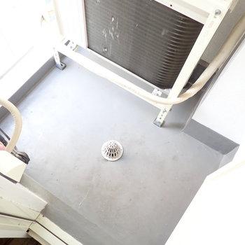 例のドアの向こうはベランダでした!狭い!※写真は4階同間取り・別部屋のものです