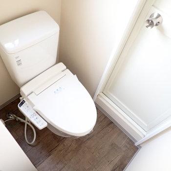 トイレは奥にあります。そのドアは...※写真は4階同間取り・別部屋のものです