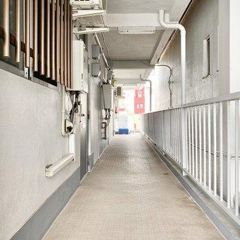 共用部】廊下は渋めです。