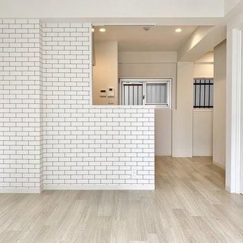 キッチンは白タイル柄のブリックスタイル。