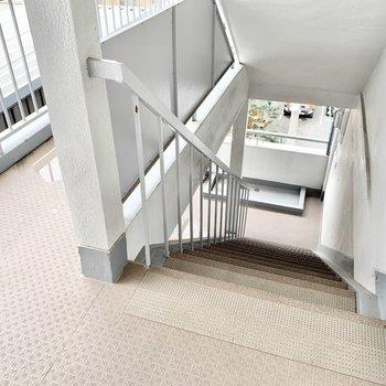 共用部】お部屋まではこちらの階段で。
