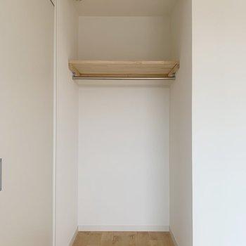 オープンクローゼット。それぞれのお部屋に収納があるんです。用途別に使い分けを。(※写真は前回施工した飯店っ間取り別部屋のものです)