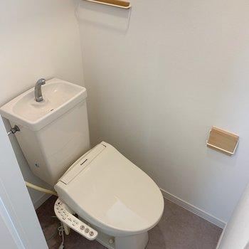 トイレはリニューアルしました。窓があるのが嬉しいし、小物までかわいいなんて・・!(※写真は前回施工した反転間取り別部屋のものです)