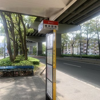 その目の前にはバス停です。お部屋から歩いて5分ほど。天神博多方面、どちらにも◎