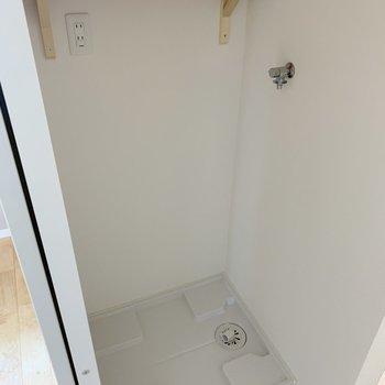 ちらっと下を見ると、洗濯機置き場が。上の棚が便利なんだよね〜(※写真は前回施工した反転間取り別部屋のものです)