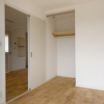 引き込み戸なので家具の配置に困らない!(※写真は前回施工した反転間取り別部屋のものです)