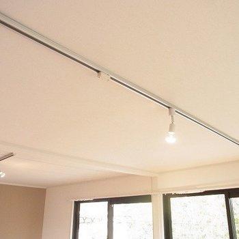 【イメージ】リビングの照明はライティングレールに変更(1本のみ)(※写真は前回施工した反転間取り別部屋のものです)