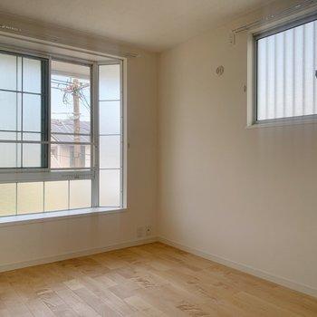 さて1つめの洋室へ。この出窓のデザイン、かわいくない??(※写真は前回施工した反転間取り別部屋のものです)