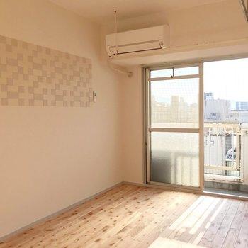 無垢材をたっぷり使ったリノベーションのお部屋。(※写真は9階の同間取り別部屋のものです)