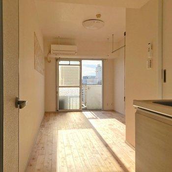 扉を開けたら、眩しいほどの日当たり。(※写真は9階の同間取り別部屋のものです)