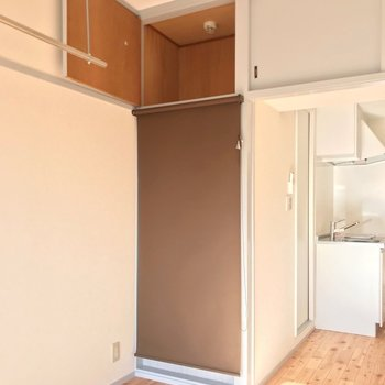 洗濯機置場はロールスクリーンで隠せます。上にも収納できますよ。(※写真は9階の同間取り別部屋のものです)