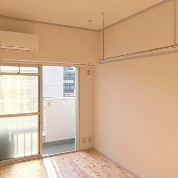 クローゼットはないけどポールが2つ。魅せる収納も室内干しもお手の物。(※写真は9階の同間取り別部屋のものです)