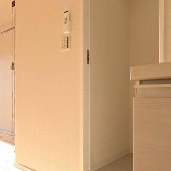 スイッチと一緒にコンセントがあるので、冷蔵庫は扉の隣。中身は…?(※写真は9階の同間取り別部屋のものです)