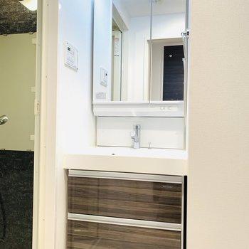 清潔感あふれる洗面所です(※写真は9階の反転間取り別部屋のものです)