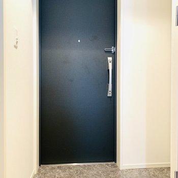 広い玄関から今日もお仕事へ(※写真は9階の反転間取り別部屋のものです)