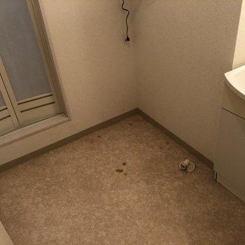 こちらは脱衣所。洗面台の左側に洗濯機を設置できます。