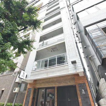 神楽坂駅から徒歩6分ほど。マンションのような外観です。